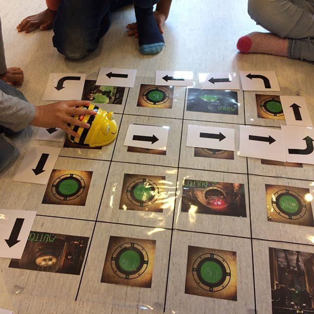 Några barn som arbetar med ett Labyrintprojekt använder sig av Bee-boten för att leta livspuckar i labyrinten. #NTA #ntaiförskolan #förskola #beebot #ikt #programmering