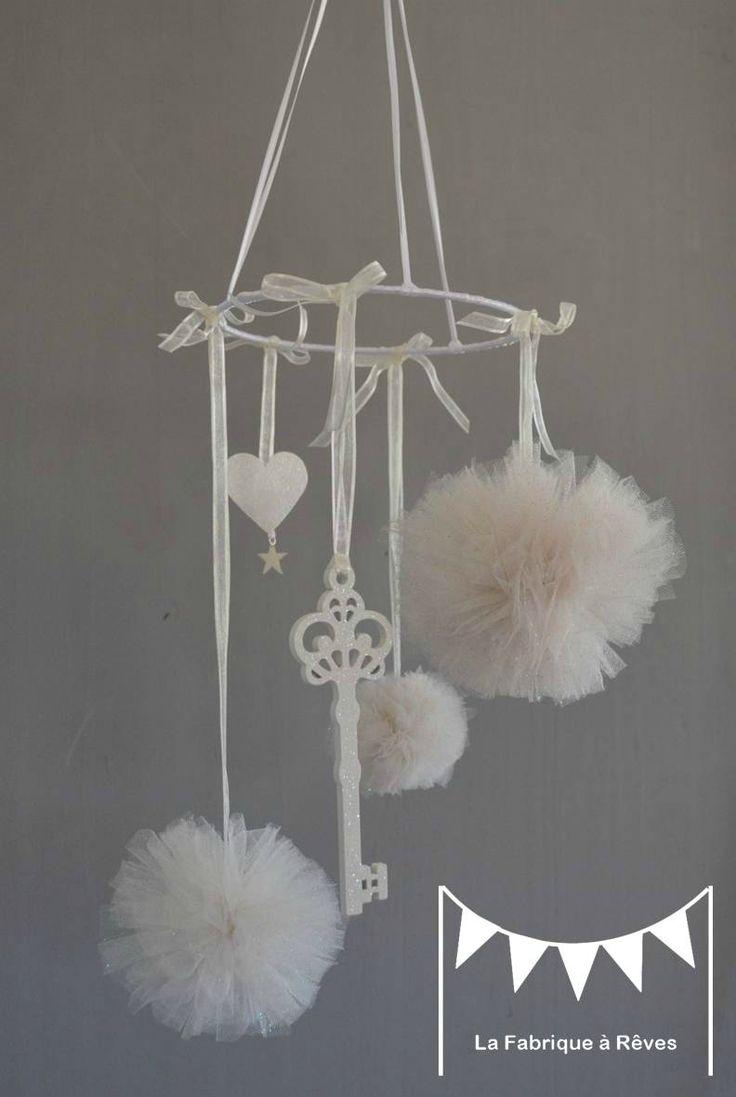 mobile pompons de tulle blanc cassé pailleté clef pailleté coeur pailleté décoration chambre enfant bébé fille
