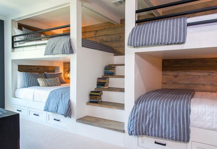 Esta sala de literas es diferente a cualquiera que hayamos hecho nunca antes, porque éste fue construido para adultos en lugar de niños. Las camas son de matrimonio y hemos construido una escalera completa para llegar a la litera de arriba, en lugar de una escalera.