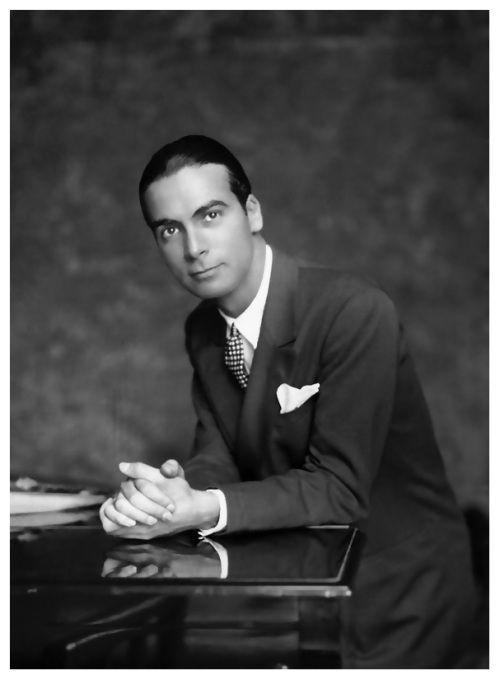 """Cristobal Balenciaga non amava mondanità e compromessi.Credeva nella semplicità,nella manica perfetta,nella leggerezza: """"Prima si cuce,poi si adorna""""."""