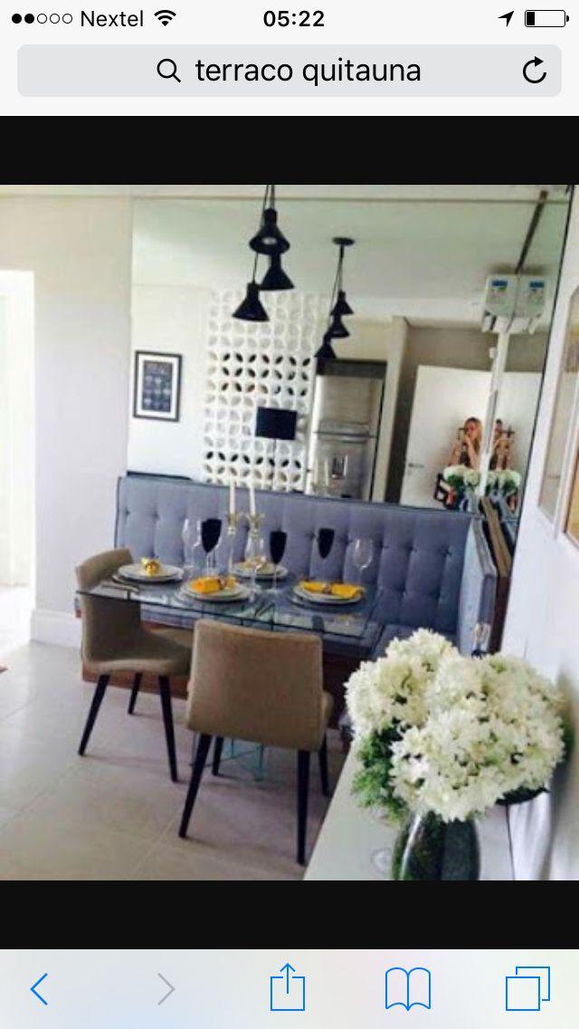 Canto alemão super charmoso! Apartamento de 48m. Essa é uma ótima ideia para otimizar os espaços. Além de criar mais assentos em volta à mesa, este móvel pode ser constituído de baú ! Ótimo para guardar aquela louça ou toalhas que não cabem na cozinha !