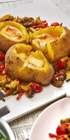 Die gefüllten Käsekartoffeln mit Ofengemüse sind einfach wahnsinnig lecker! Die Kartoffeln werden mit Ofenkäse und zusammen mit Champignons, Paprika und Tomaten goldbraun überbacken. Fließt dir da auch das Wasser im Mund zusammen? Lass es dir schmecken.