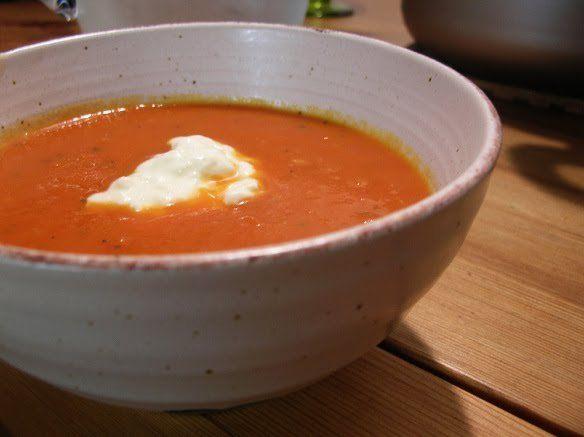 Det här är årets soppa hos oss. Vi har ätit den om och om igen och jag har gjort mitt bästa för att sprida receptet runt mig för den är ju såååå god. Tomatsoppa 3-4 portioner 1 gul lök 4 tomater 2 …