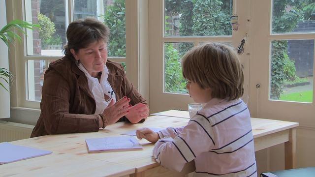 MatriXmethode kindercoaching naar een handigere leerstrategie by MatriXmethodeinstituut. Ingrid Stoop coacht 3 kinderen van een onhandige manier van leren naar een manier die ze zelf handiger vinden. Kind centraal. Volle hoofden ontstaan wanneer de informatie niet handig wordt opgeslagen. Automatiseren wordt op deze manier gestimuleerd en de informatie kan sneller teruggevonden worden.