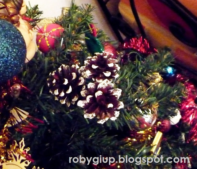 Cones picked up on the mountains during a weekend transformed into a Christmas decoration #Christmas #DIY #tutorial #recycling