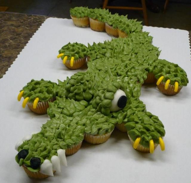 Alligator cupcake cake- gar will love this...