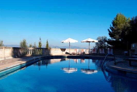 Otra vista de la piscina. #Mallorca (Balearic Islands, Spain). Enjoy your stay in #Mallorca in our charming hotel, a typical Catalonian country house, at the foot of the Puig de Randa. http://www.esrecoderanda.com/