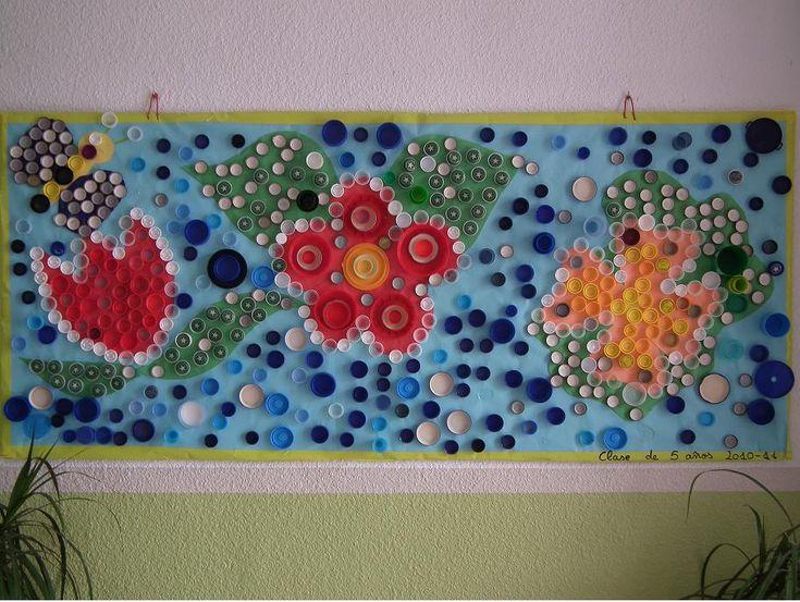 mural sobre la primavera fet amb taps de plàstic de diferents colors i diàmetres.