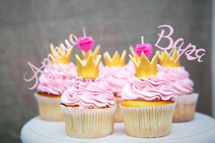 Первый день рождения - всегда волнительно! К этому событию готовишься трепетно, продумываешь детали. А вам когда-нибудь хотелось отойти от стереотипов и задуть свечи на ... капкейках? В этот раз нестандартная кульминация праздника понравилась и гостям, и именинницам. Главное, не забыть загадать желание.  #похамелеоним #детскийденьрождения #торт #капкейки #cupcake #идеяденьрождения #принцесса #детскийденьрождениямосква