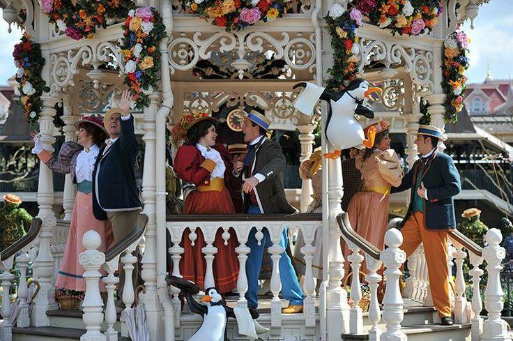 Disney sakinleri, bahar kokusunun etrafa yayıldığı şölen alanında Victorian tarzı elbiseleriyle aranıza karışıyor. #Disneyland #paris #festival