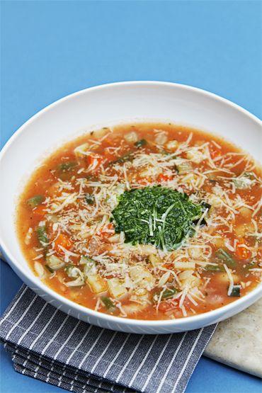 Soupe au pistou : soupe aux légumes d'été avec des pâtes, du pistou, de l'ail, de l'huile d'olive et du basilic. Soupe au Pistou : Provençal vegetable soup with basil sauce