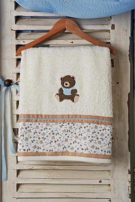 Σετ λαδόπανα βάπτισης αρκουδάκι. Σετ λαδόπανου ελληνικής ραφής.  Το σετ περιλαμβάνει :   λαδόπανο πετσέτα μεγάλη - πετσετάκι μικρό σετ εσώρουχα