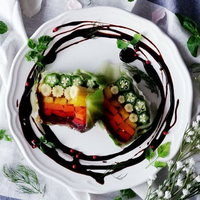 【色の魔法】夏野菜の虹色テリーヌ ■材料 ・オクラ 10本 ・ベビーコーン 8本 ・缶詰ビーツ 1/2缶 ・赤パプリカ 1個 ・黄パプリカ 1個 ・にんじん 1本 ・キャベツ 4枚 ・お湯200cc ・コンソメ 小さじ1 ・ゼラチン 7g ■手順 1. 18cmのパウンド型に茹でたキャベツを敷き込む。まわりが型からはみ出るようにする。 2. 野菜を順番に並べていく。 3. コンソメとゼラチンをお湯で溶かし、型に流し入れる。 4. 冷蔵庫で4時間冷やす。 5. 固まったら切り分け、バルサミコソースをかけて完成! #料理好きな人と繋がりたい #おうちカフェ #料理 #cooking #レシピ#delish #yummyfood #homemadefood #nomnom #ilovefood #instacook #instafood #おうちご飯 #おうちごはん #昼ごはん #ランチ #晩ごはん #夜ごはん #テリーヌ