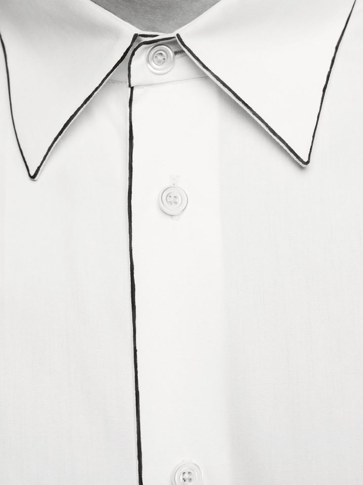 straight collar in white cotton poplin with paintbrush-stroke highlights.