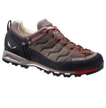 Chaussure Salewa Mtn Trainer Gtx Marron - chaussure pour homme avec tige basse pour moyenne montagne, randonnée, marche active.  Semelle Vibram pour une accroche et un amorti optimal. Cette chaussure est en matière GORE TEX se qui permet l'étanchéité . Disponible dans la boutique de Cottay Shop, le professionnel de la montagne depuis plus de 10 ans !