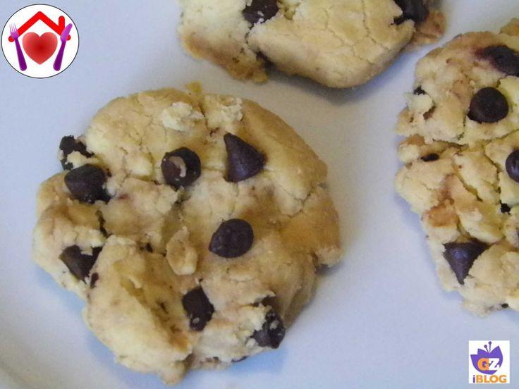 Dei biscottimolto friabili e gustosi, adatti anche ai celiaci: biscotti con farina di riso e gocce di cioccolato.