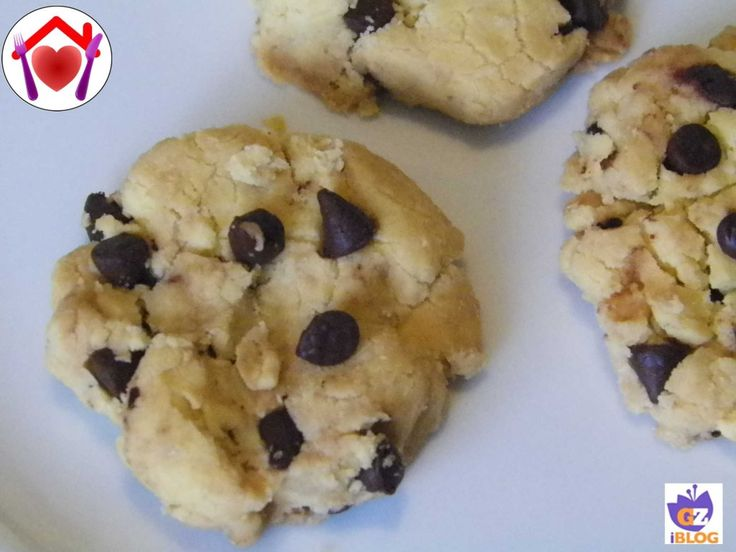 Dei biscotti molto friabili e gustosi, adatti anche ai celiaci: biscotti con farina di riso e gocce di cioccolato.