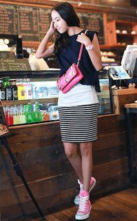 ピンクのスニーカー×黒ノースリーブ×ボーダースカート