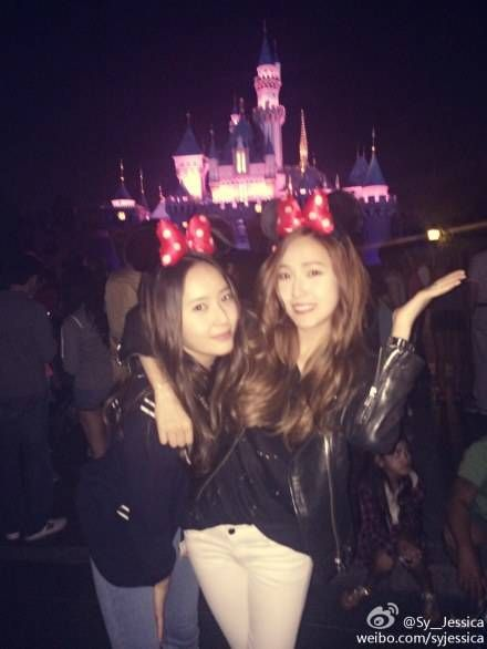 Jessica and Krystal enjoy a fun sister date at Disneyland | http://www.allkpop.com/article/2014/08/jessica-and-krystal-enjoy-a-fun-sister-date-at-disneyland