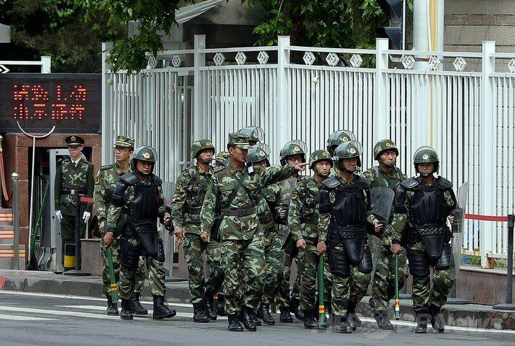 中国・ウルムチ(Urumqi)市内をパトロールする完全武装の武装警察官ら(2014年5月23日撮影)。(c)AFP/GOH CHAI HIN ▼24May2014AFP|ウルムチの朝市襲撃、死者39人に 1年間の「対テロ作戦」開始 http://www.afpbb.com/articles/-/3015809 #Urumqi