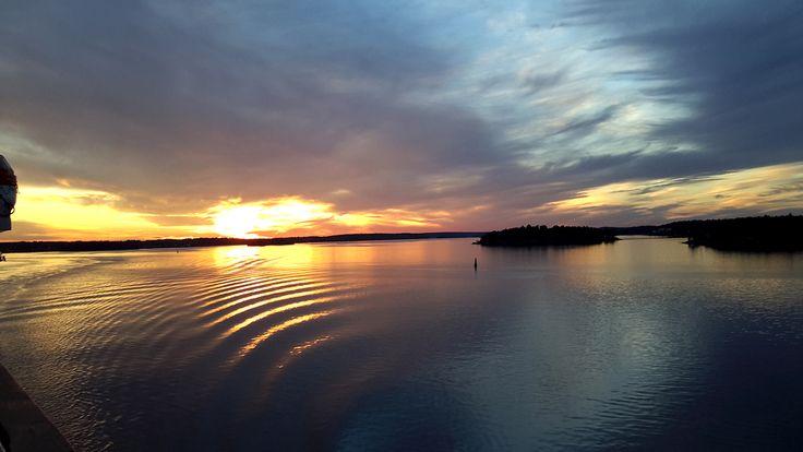 Upean ilta-auringon alla merellä.