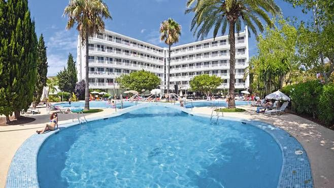 Majorca - Great location - buffets - 5 mintue walk to amazing beaches - marinas near by - lakes nearby - lots of sightseeing  - cool hotel - nice pools - £558 pp - half board