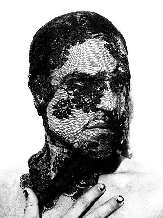 """Revista Ojos Rojos. Retrato perteneciente al magnífico libro """"Ángel gitano"""", sobre hombre en el flamenco del fotógrafo Ruven Afanador."""
