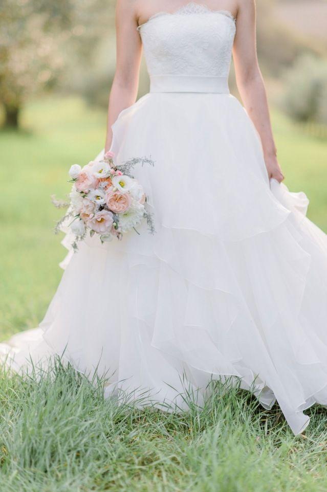 Credit: Alexandra Vonk Photography - bruid, huwelijk (ritueel), bruidegom, bruids, jurk, huwelijk (burgerlijke staat), hoofddeksel, natuur, vrouw, buitenshuis, gras (term), liefde, zomer, betrokkenheid, bloemstuk, mode, meisje, romance (relatie), portret