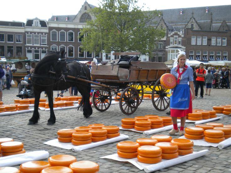 Gouda, Nederland, de beroemde kaasmarkt, en zo ook de handgemaakte kaarsen...lbxxx.