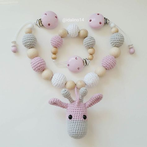 Ein neues Set aus Kinderwagenkette mit Giraffe und dazu passender Schnullerkette ist fertig geworden. Giraffe inspired by @kornflake_stew #häkelnisttoll #häkeln #baby #schwanger #babygeschenk #amigurumi #mommytobe #momtobe #pregnant #babygirl #babyboy #craftastherapy #handmade #crochet #crochetlove #crochetaddict #idalinocrochet #babygift #instamum #instababy #instacrochet #babybump #handmadetoy #crochetinspiration #giraffe #kinderwagenkette #schnullerkette #virka #haken #maxicosikette by…