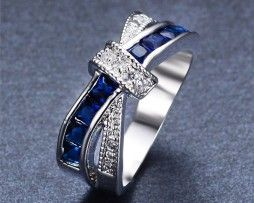 Luxusný dámsky prsteň zo zliatiny bieleho zlata so zafírmi