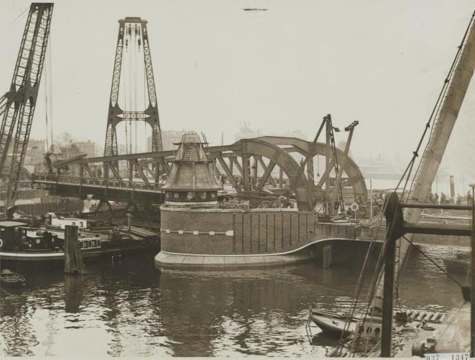 De bouw van de Koninginnebrug op 27 oktober 1928.  De Koninginnebrug is een brug over de Koningshaven in Rotterdam, naast de Hef. De brug verbindt het Noordereiland met de wijk Feijenoord. De eerste Koninginnebrug was een draaibrug en werd aangelegd in 1870. Na vijftig jaar was de brug een belemmering voor zowel de scheepvaart als het wegverkeer. De brug was ook niet geschikt voor trams.