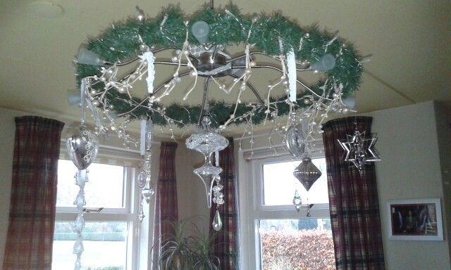 Simpel van een stuk pvc-buis . Een slinger  dennengroen er omheen, lampjes er door draaien en leuke hangers ,zo wordt een lamp heel anders.