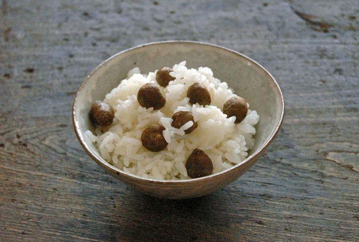 """むかごとは、山芋などにできる小指の先ほどの球芽のこと。11月くらいの晩秋が旬で""""零余子(むかご)飯""""は秋の季語にもなってます。 プチッとした小粒の中にも芋のコクがあり、食べ方で一番おすすめなのが""""むかごご飯""""です!"""