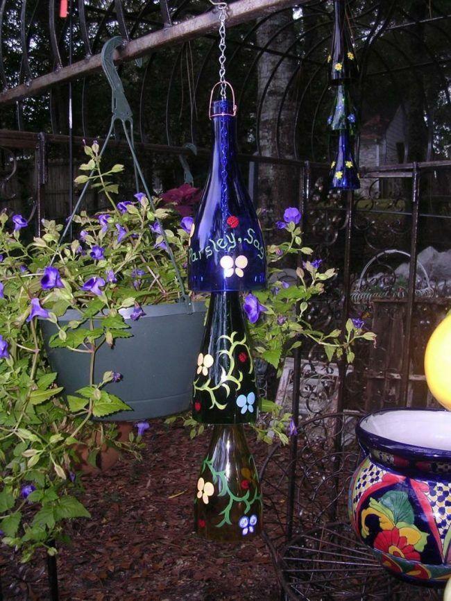 Weinflaschen im garten deko aufhaengen flaschenhals malen blumen deko flaschen wein und garten - Leere weinflaschen deko ...