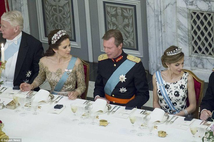 Sentando-se consideravelmente: de Luxemburgo Grão Duque Henri estava sentado entre Crown Princess Mary e Rainha Letizia