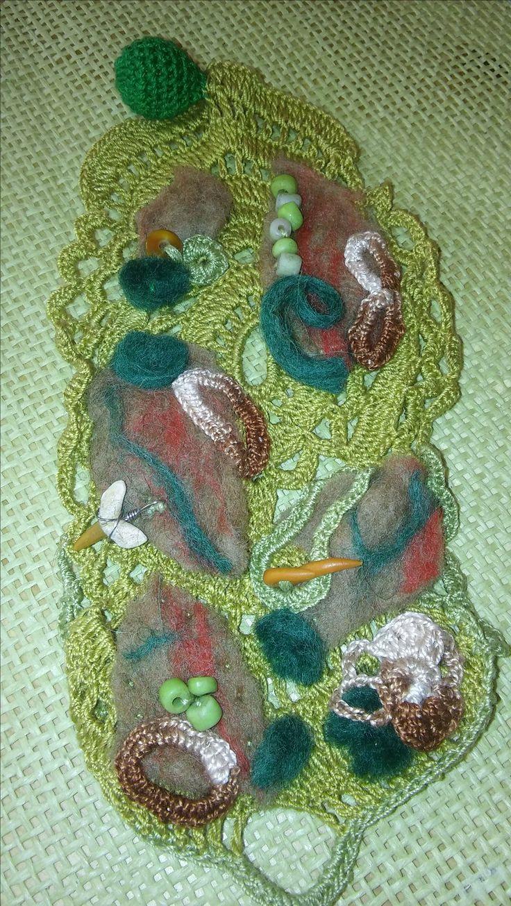 szydełkowa bransoletka ozdobiona koralikami i filcowymi detalami- crochet bracelet adorned with beads and felt details