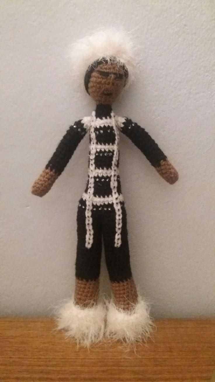 Amigurumi Indígena Yagán con cuerpo pintado,  expresión de arte q se utilizaba en las distintas ceremonias que llevaban a cabo. Técnica crochet