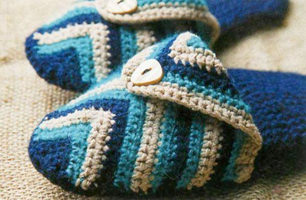 """Предлагаем вязать с пользой, зимой очень кстати будут домашние шлёпки. Такие замечательные, вязаные крючком полосатые шлепки из журнала """"Вязаный креатив"""" сохранят ваши ноги в тепле."""
