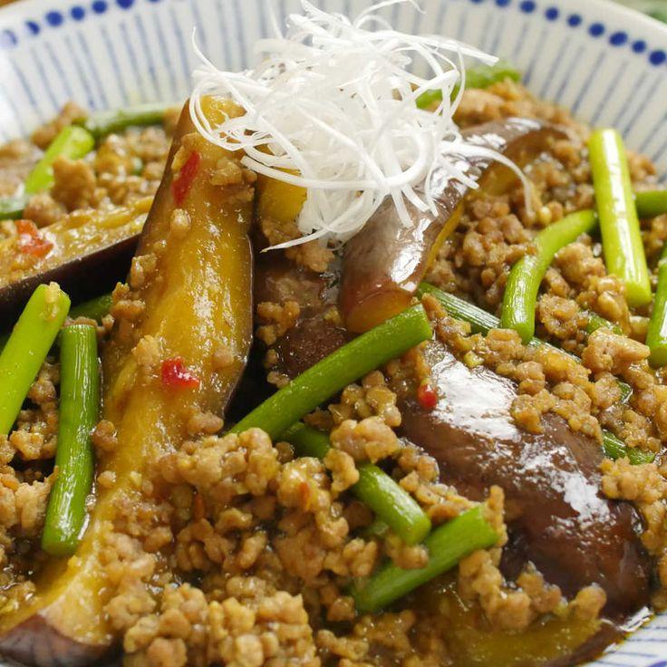 「カレー麻婆ナス」のレシピを作り方を動画でご紹介します。豆板醤や鶏ガラスープの中華風の味付けに、カレー粉のスパイシーなコクが合わさってもう絶品!ナスは揚げないので簡単に作れますよ。麻婆茄子丼にするのもおすすめです♩