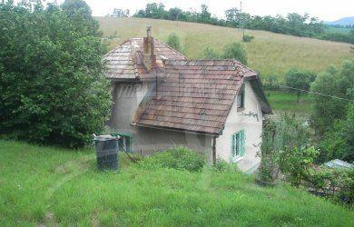 Fotka #1: Dom na polosamote s veľkým pozemkom vhodný aj na hospodárenie