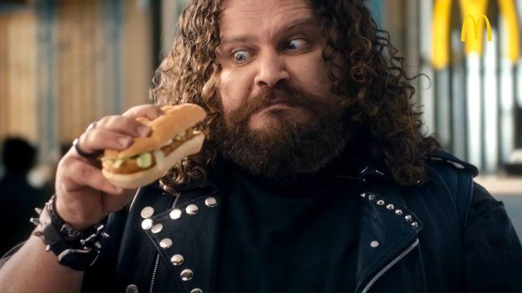 Im Werbeclip von McDonald s schüttelt ein Metaller seine Haare zu harten Klängen und freut sich dabei auf einen neuen Hamburger