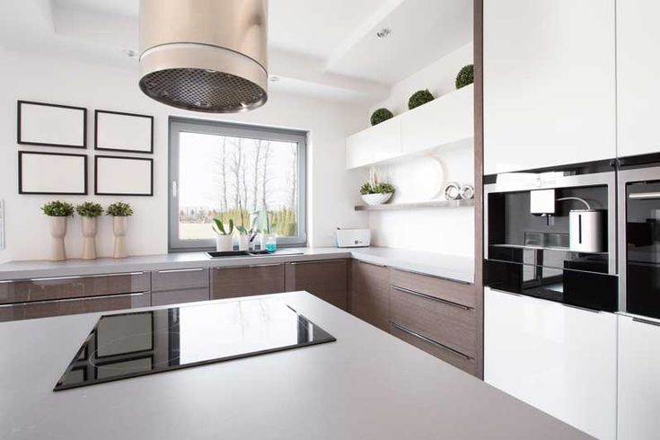 Een geschikte afzuigkap voor een kookeiland is soms lastig te vinden. Van de drie soorten die je kunt gebruiken – onderbouw, plafond of eilandmodel – is het eilandmodel de meest populaire. Je hebt daarmee echter de minste opties, vooral wat betreft design. Ook is de prijs doorgaans hoger. Wel is de afzuiging het beste.