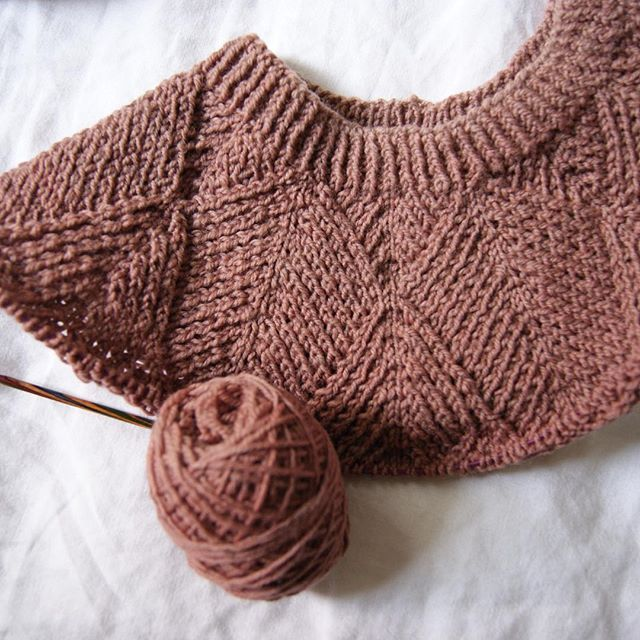 My Siri pullover might be my favorite WIP on the needles right now, and this gorgeous dusty pink Hey Mama Wolf yarn is mainly responsible for that (though I still manage to never find enough time to work on it). What are your favorites WIPs these days? (pattern: Siri Cardigan by @clara.linnea, yarn: organic wool #3 by @hey_mama_wolf_yarns)