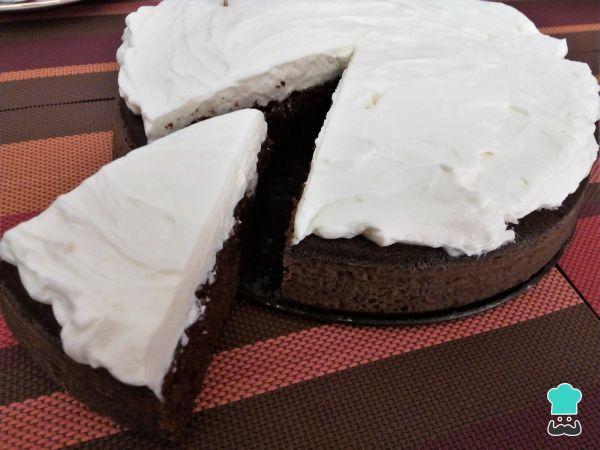 Receta de Tarta de cerveza negra #RecetasGratis #RecetasdeCocina #RecetasFáciles #Postres #PostresFáciles #Desserts #PostresCaseros #Bizcocho #Torta