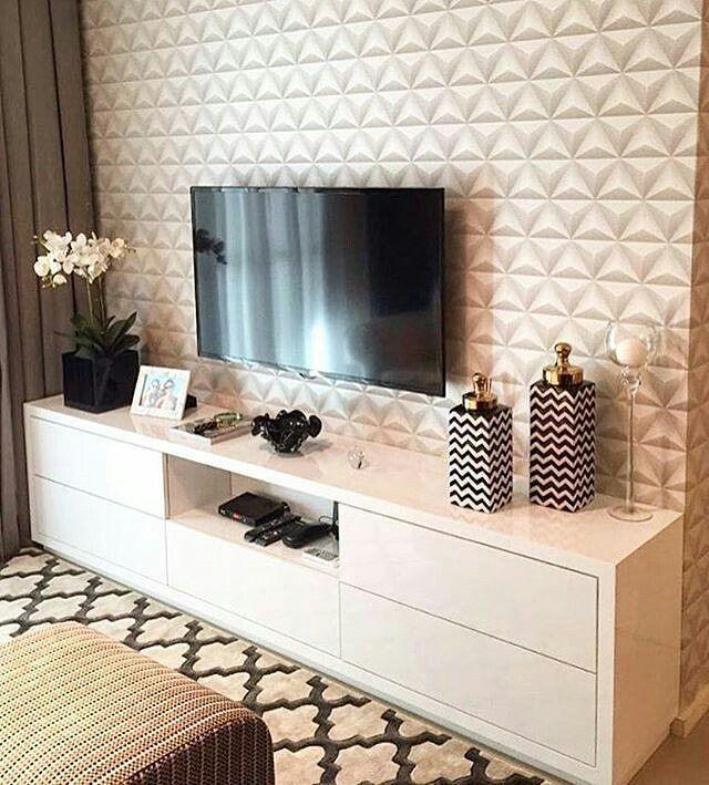 Papel de parede imitando 3D, um móvel branco e esse tapete lindo, deixaram essa sala maravilhosa. Quem aí curtiu? #Arquitetura #Interiores #Interiors #Decor #Decoração #Decore #arquiteturadeinteriores #projetodeinteriores #Inspiração #Pinterest #details #Marcenaria #Móveis #Home #HomeDecoration #Clue #Dica
