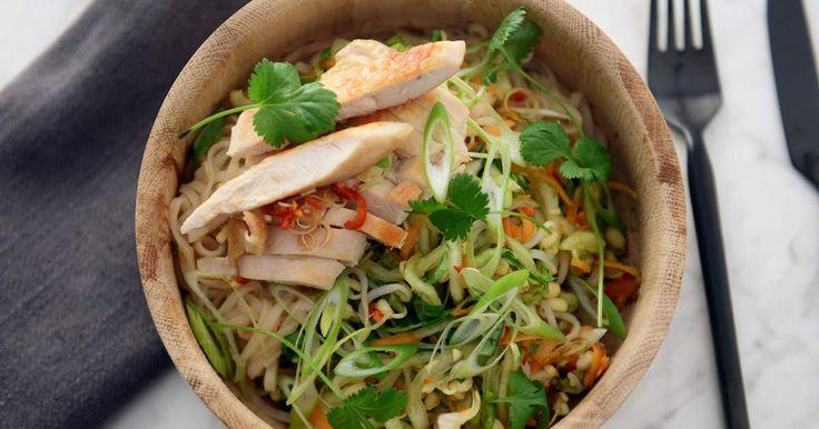 Fräsch sallad med risnudlar, pak choi, koriander och böngroddar. Serveras med stekt kyckling och citrongräsdressing.