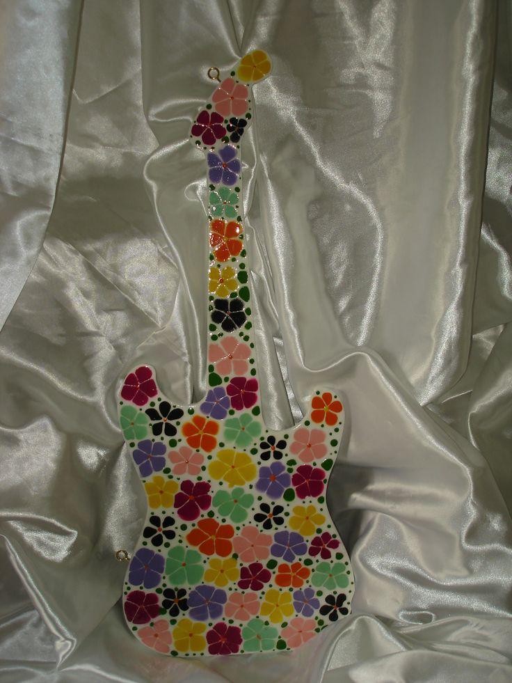 Guitarra decorativa jacarelada con efecto mosaico