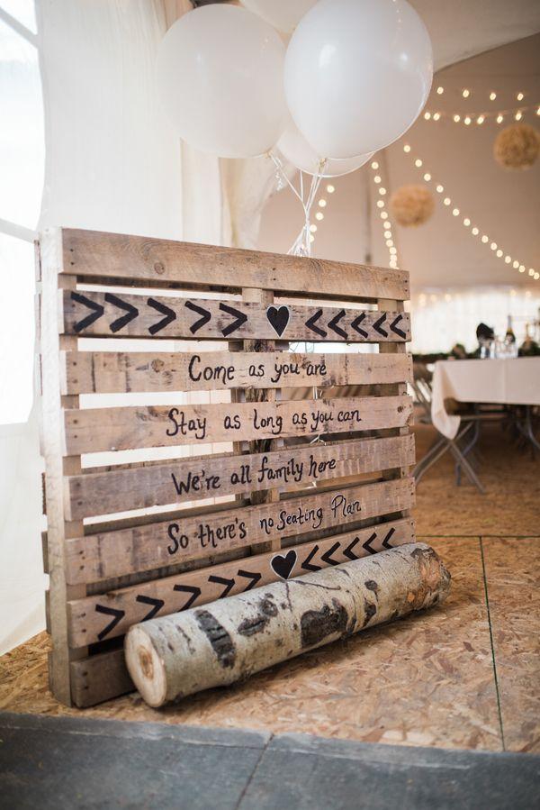 Kein Sitzplan auf einer Holzpalette | Mehr zu dieser Real Wedding auf http://www.hochzeitsplaza.de/real-weddings/rustikale-country-hochzeit-im-herbst-julia-und-matt |  Raelene Schulmeister Photography| #hochzeit #realwedding #love #inspiration #inspo #sitzplan #hochzeitsdeko #rustikal #vintage