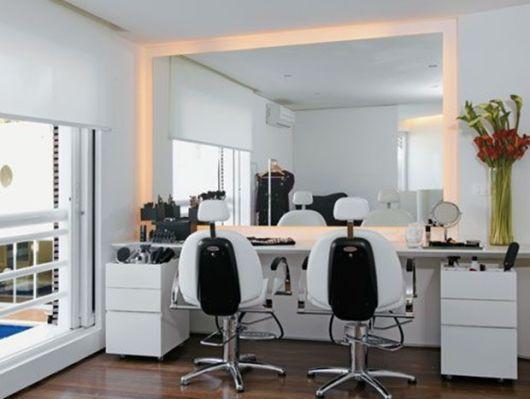 salão de beleza pequeno decorado móveis